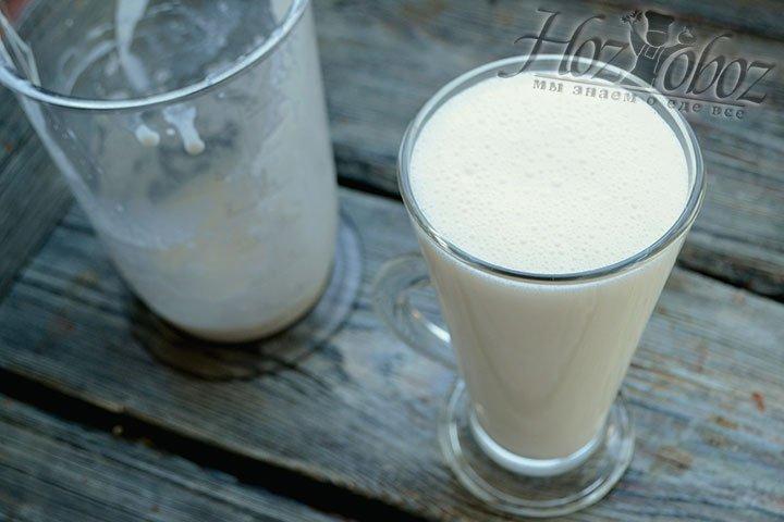 Разливаем молочный коктейль в охлажденные стаканы для подачи.