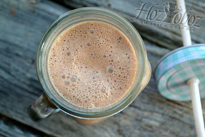 Разливаем шоколадный молочный коктейль в стаканы для подачи.