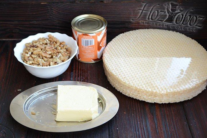 Готовим ингредиенты для приготовления торта из вафельных коржей.