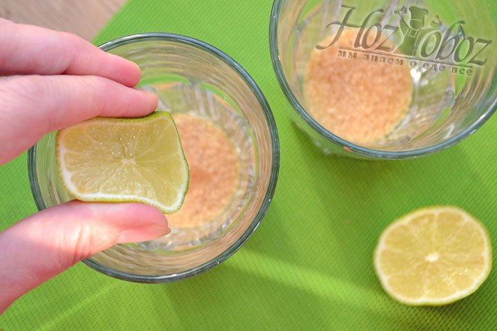 В коктейльный бокал кладем по 1 ст. ложке коричневого сахара и выдавливаем сок половины лайма.