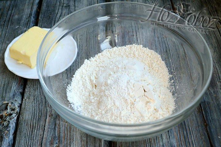 Смешаем в глубокой миске пшеничную муку, разрыхлитель и сахар.