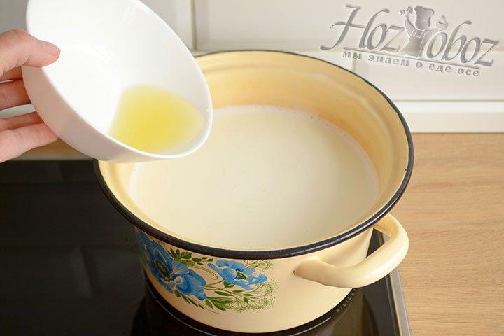 Вливаем в нагретое молоко выжатый лимонный сок и перемешиваем его ложкой. Оставляем на 3-4 минуты.