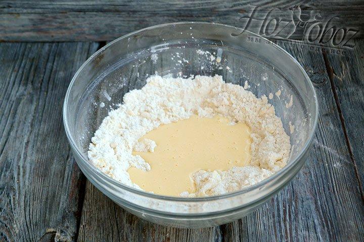 Добавляем в емкость с пшеничной мукой яйцо и сметану.