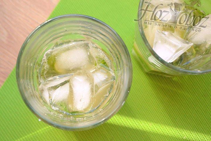 Добавляем кубики льда в бокал к остальным ингредиентам.
