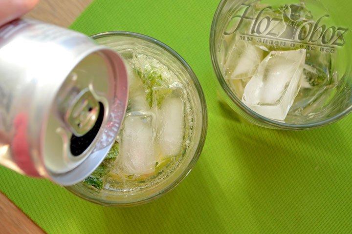Заливаем содовой бокал с коктейлем до верха.