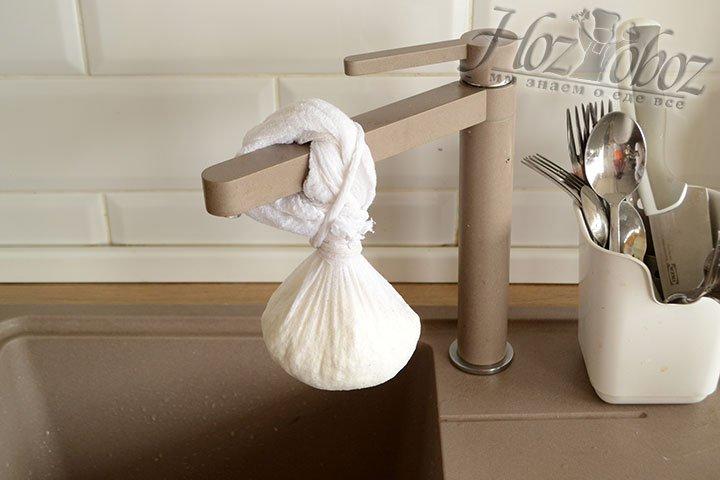 Подвешиваем марлевую ткань с паниром, чтобы дать жидкости стечь.
