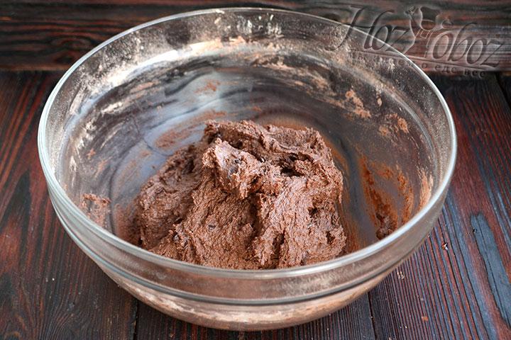 Замешанное тесто ставим в холодильник на 20-25 минут.