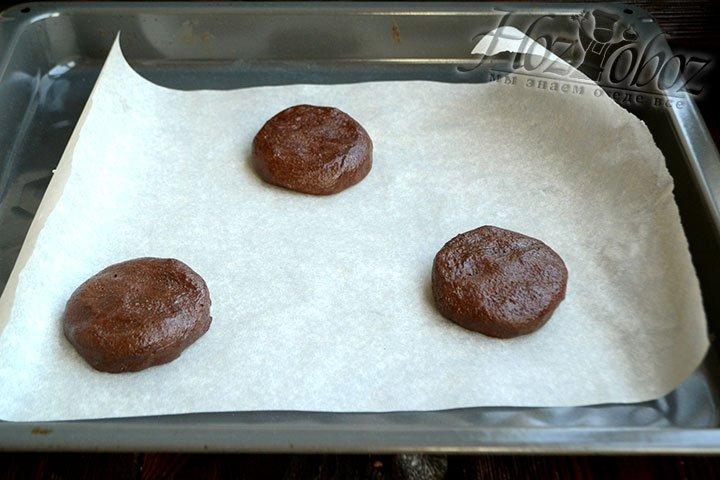 Выкладываем на пергамент три заготовки печенья примерным размером 6-7 см и толщиной 1 см. Вес каждого кусочка теста примерно 70 г.
