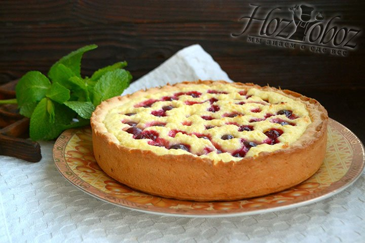 Перекладываем пирог из разъемной формы на тарелку, украшаем мятой.