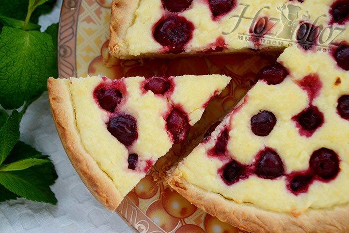 Нарезаем творожный пирог на порции.