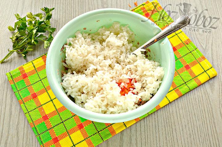 Добавляем вареный рис к ингредиентам.