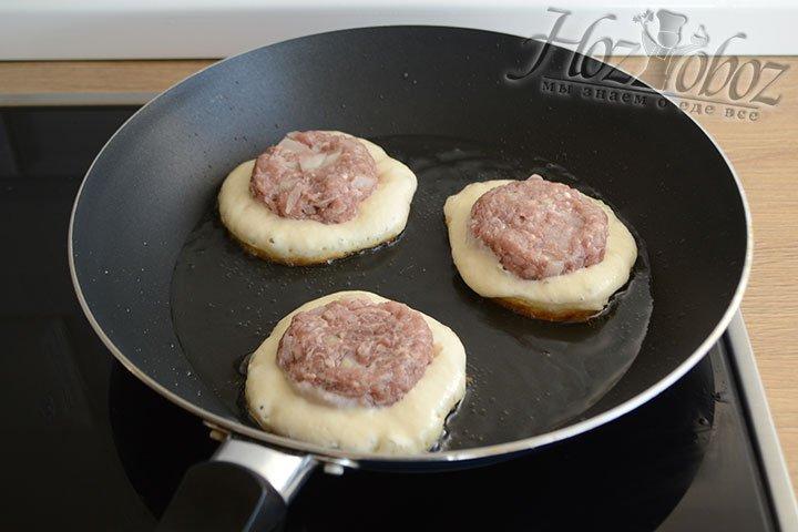 На горячей сковороде разогреваем растительное масло, наливаем столовую ложку теста и кладем сверху мясной медальон. Жарим 2-3 минуты на среднем огне.