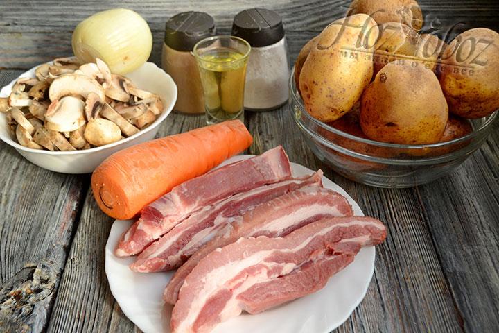 Готовим ингредиенты для тушения картошки с мясом, подготавливаем все на рабочую поверхность.