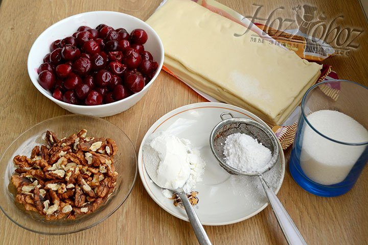 Приготовим все для штруделя с вишней – разморозим тесто и ягоды, все перенесем на поверхность стола.