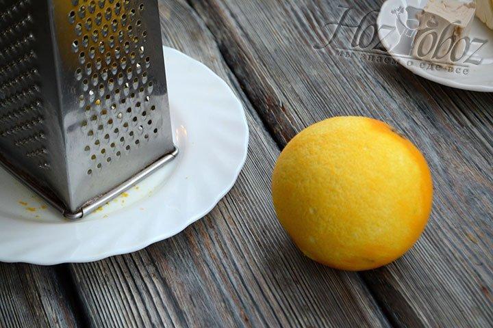Из половины апельсина снимем цедру и выжмем сок.