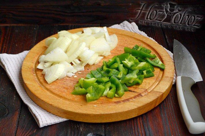 Нарезаем лук четверть кольцами, а болгарский перец – тонкими полосками.