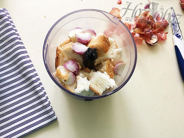 Хлеб и лук мелкими кусочками складываем в чашу блендера.