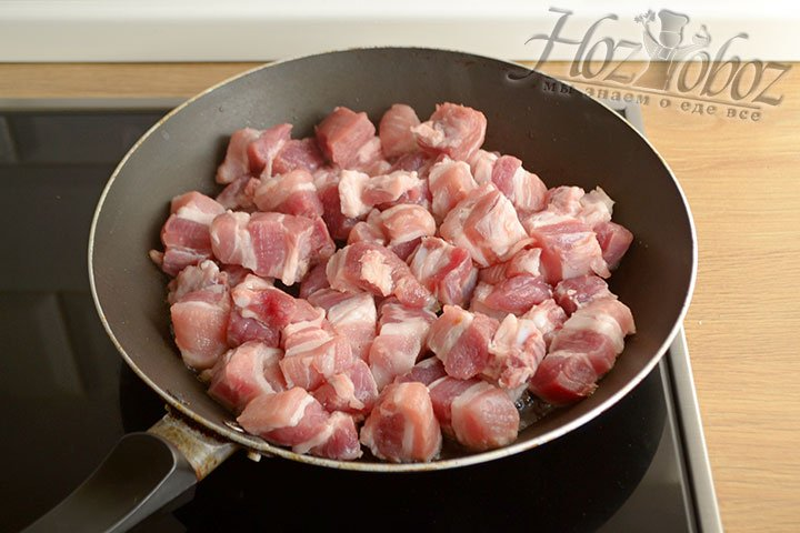 Нарезаем свинину кусочками и обжариваем на разогретой сухой сковороде.