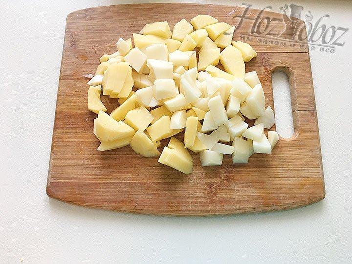 Нарежем очищенный картофель.