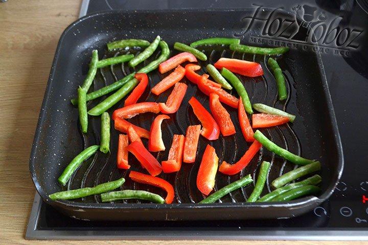 Обжариваем на оливковом масле овощи, помешивая лопаткой несколько раз.