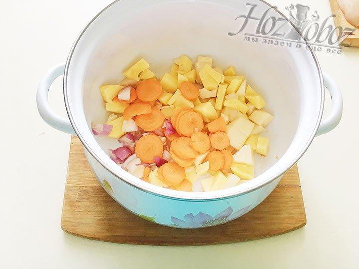 Не помешает лишний раз промыть картофель от крахмала, нарезаем морковь, теперь режем лук любым способом и любого размера и смешиваем картофелем.
