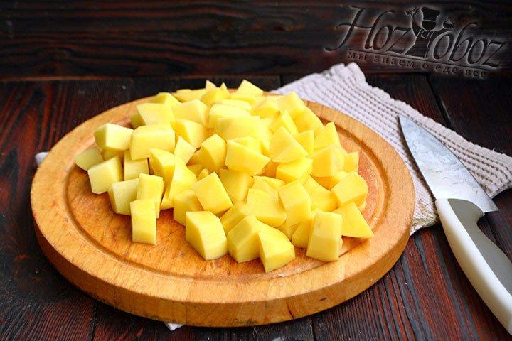 Картофель нарезаем кубиками размером примерно 2х2 см.