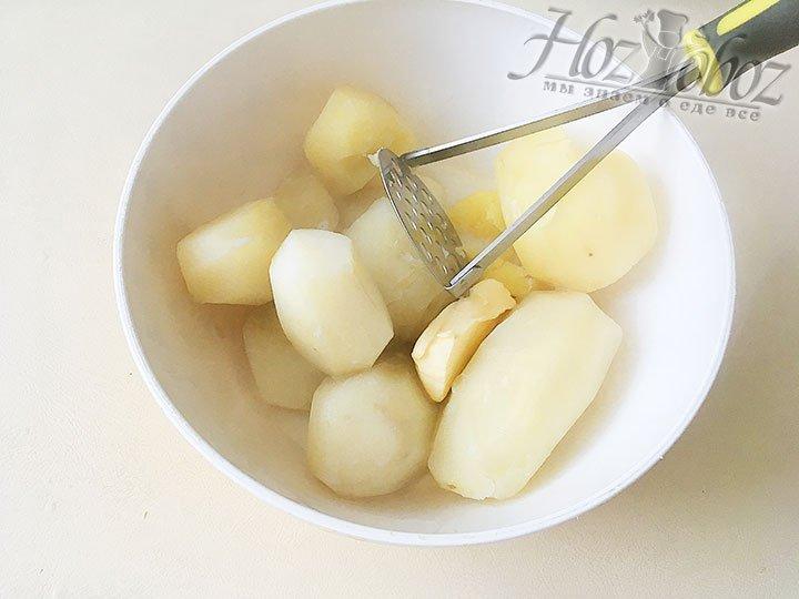 Добавляем к картофелю масло и молоко.