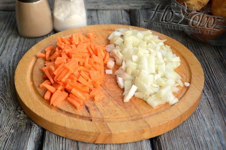 Морковь нарезаем брусочками, репчатый лук – небольшими кубиками.