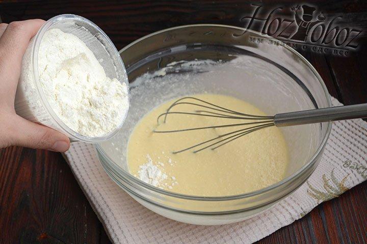Понемногу подсыпаем пшеничную муку к остальным ингредиентам, перемешиваем венчиком содержимое.
