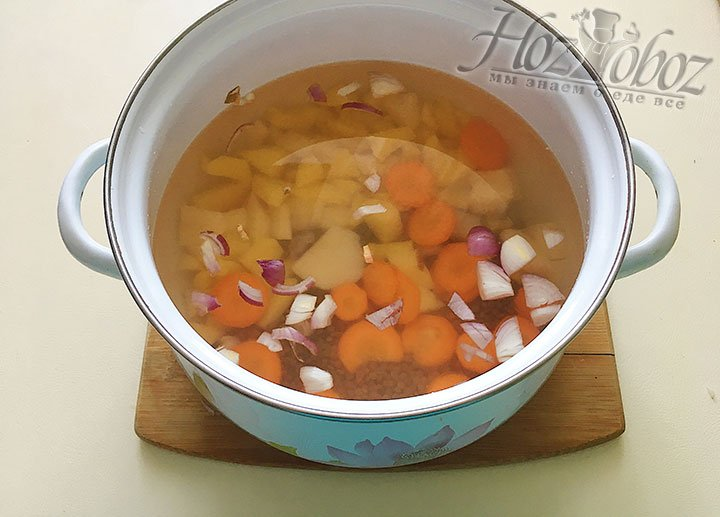 Слейте воду с чечевицы и отправьте в кастрюлю к всем остальным овощам. Залейте все это двумя литрами воды и ставьте на сильный огонь.