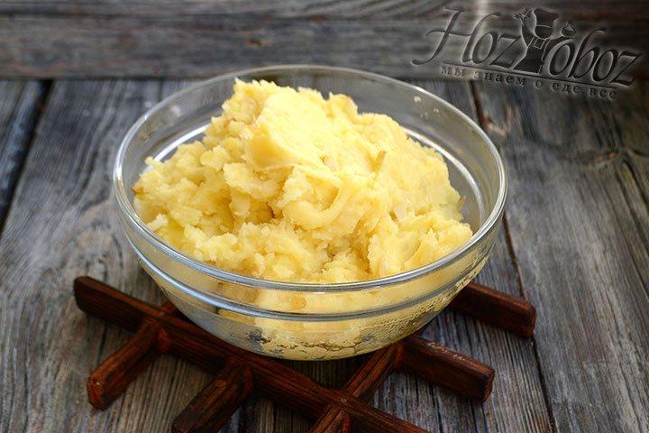 Содержимое кастрюли потолките картофелемялкой до состояния пюре.