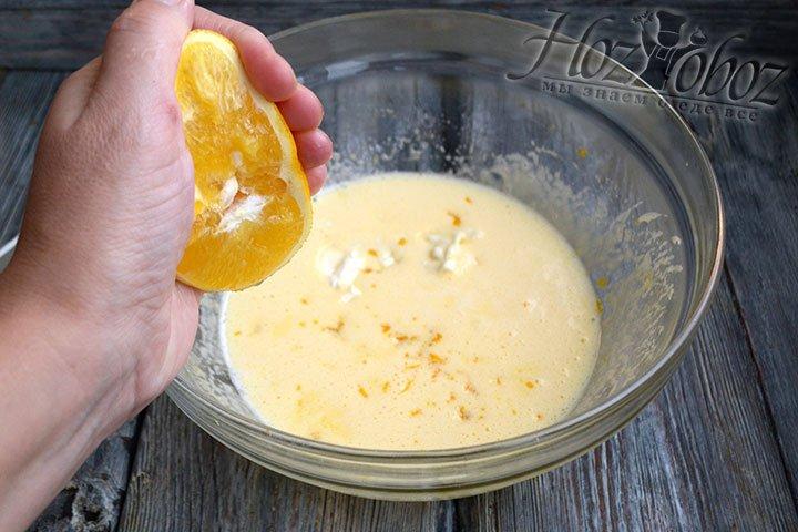 Яйца взбиваем с сахаром до растворения, затем добавляем растопленное сливочное масло, соль, цедру и апельсиновый сок.