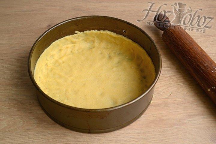Из песочного теста формируем основу пирога, распределяя его по поверхности дна и формируя стенки высотой 2 см. Остужаем в холодильнике 10-15 минут.