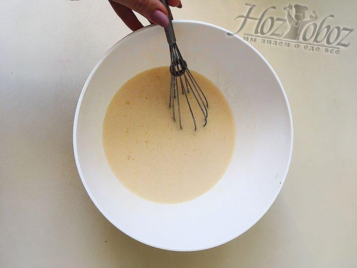 В кефирную смесь всыпаем 5 ст.л. сахарного песка и соль