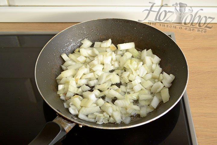 Репчатый лук обжариваем на смеси жира, выделившегося из мяса, и растительного масла.