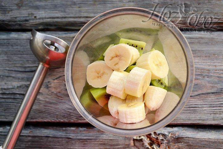 Взбиваем ингредиенты в чаше до однородной консистенции фруктового пюре.