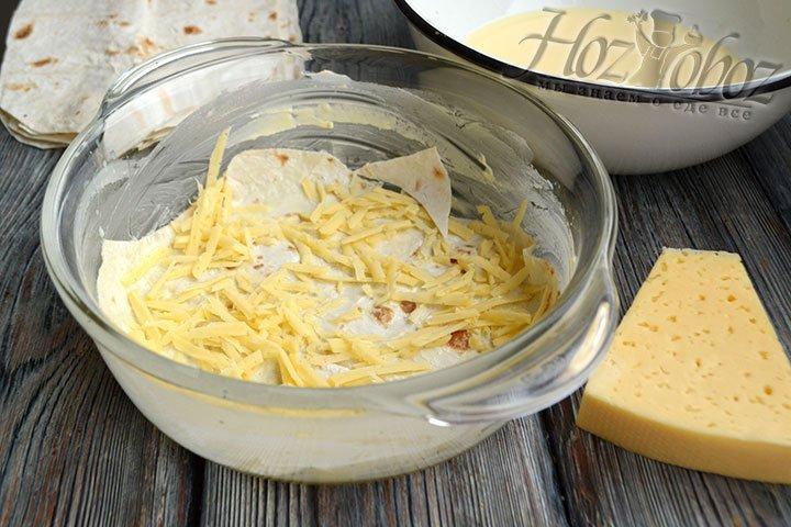Часть твердого сыра распределяем по поверхности лаваша.
