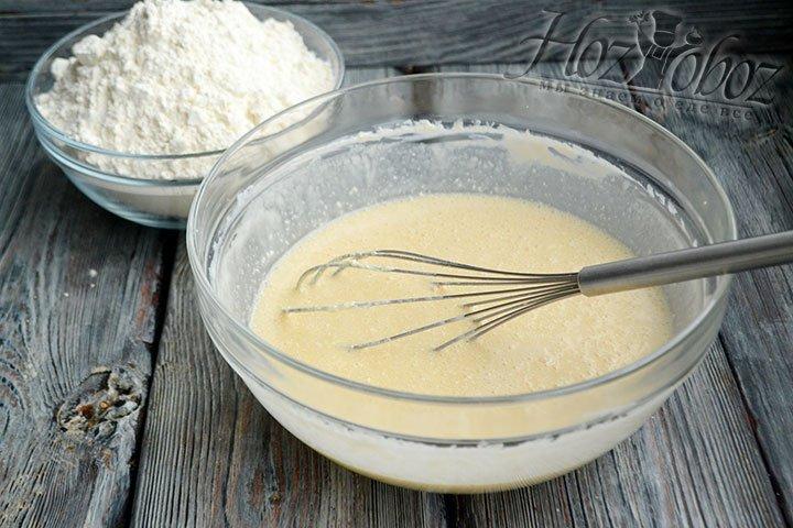 Яйца, 150 г мягкого сливочного масла, сахар и соль добавляем в тесто.