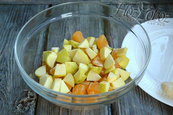 Яблоки вместе с кожурой нарезаем на кубики такого же размера, как и груши.