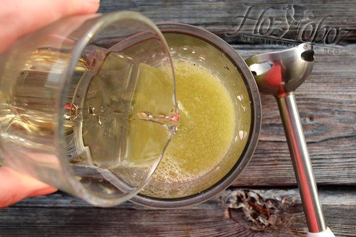 Добавляем к фруктовому пюре яблочный сок.