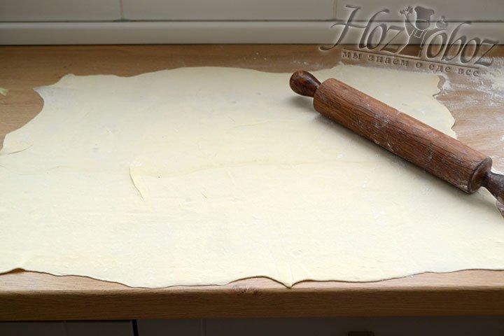 Раскатываем тесто в прямоугольник 40х50см толщиной примерно 2 мм.