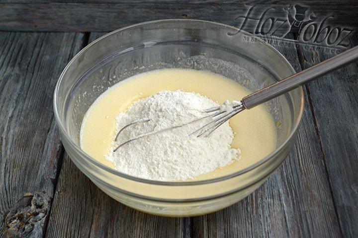 Понемногу добавляя пшеничную муку, замешиваем тесто.