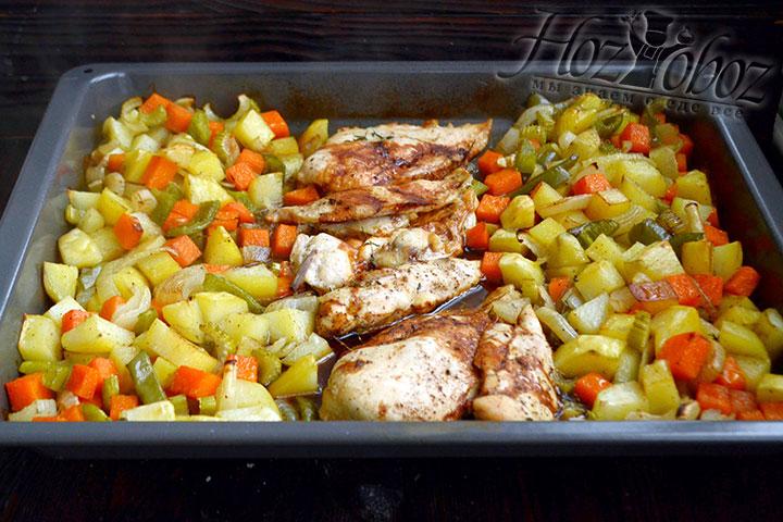 Ставим форму в разогретую до 200 градусов духовку. Под фольгой запекаем курицу с овощами в духовке 30 минут, затем снимаем фольгу и запекаем еще 10 минут.