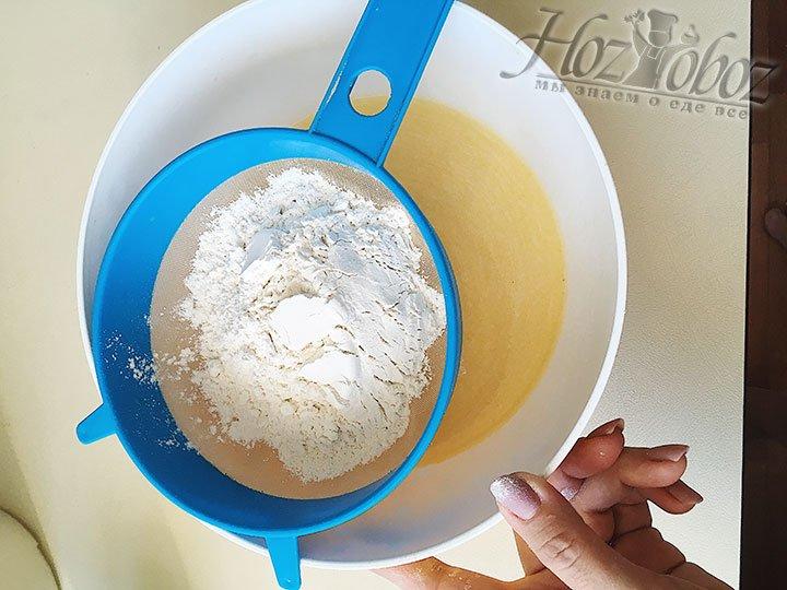 Просеиваем и добавляем в полученную жидкость муку по одному стакану. После каждого стакана тщательно вымешиваем ложкой.
