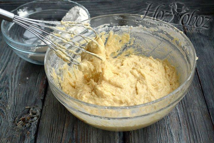 Пшеничную муку просеиваем и вмешиваем в тесто, добавляя понемногу.