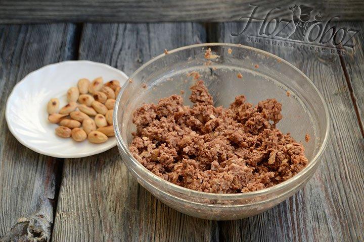 После добавления 3 ст. ложек сгущенки масса стала в меру липкая и можно приступать к лепке конфет.