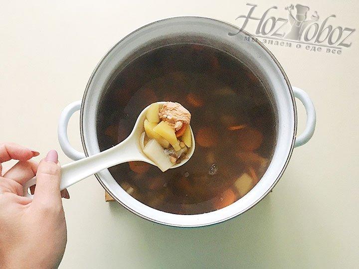 Делаем огонь меньше, варим суп примерно 20 минут. Картофель должен быть рассыпчатым, чечевица мягкой, а филе курицы нежным, но не переварите до жесткого состояния.