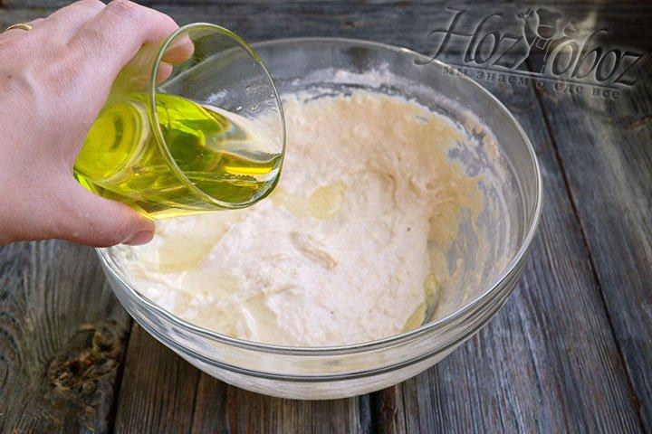 Вмешиваем еще 0,5 стакана муки и растительное масло в тесто для пирожков.