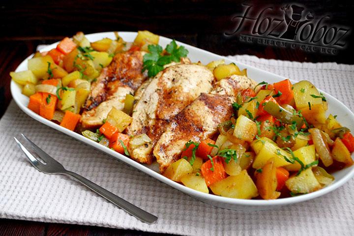 Перекладываем овощи и мясо на блюдо и посыпаем зеленью петрушки.