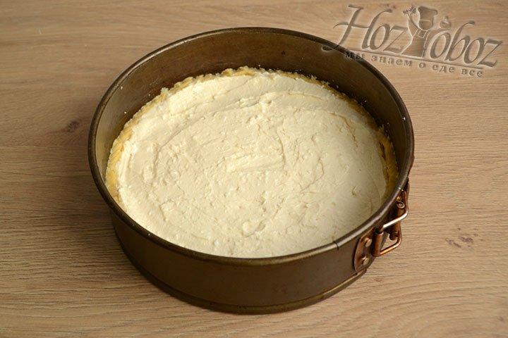 Перекладываем творожную начинку в форму с песочным коржом, заполняя все пустоты. Выпекаем при 180 градусах 25-30 минут.